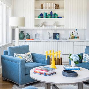 Ispirazione per un soggiorno costiero con angolo bar, pareti bianche e parquet chiaro
