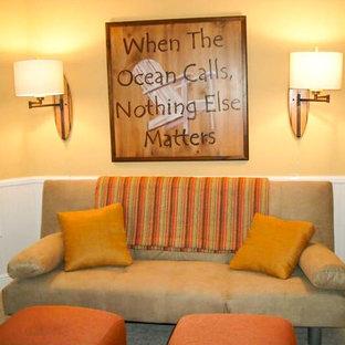 マイアミの小さいビーチスタイルのおしゃれなオープンリビング (黄色い壁、カーペット敷き) の写真