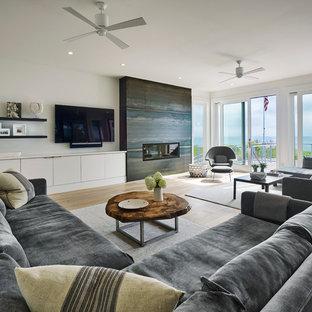 他の地域の大きいコンテンポラリースタイルのおしゃれなファミリールーム (白い壁、淡色無垢フローリング、横長型暖炉、金属の暖炉まわり、黄色い床、壁掛け型テレビ) の写真