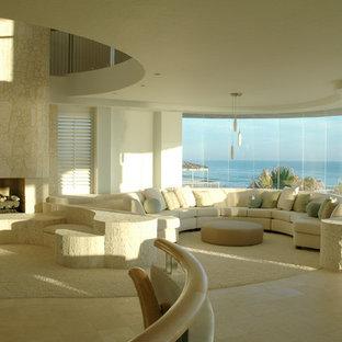 オーランドの中サイズのビーチスタイルのおしゃれなファミリールーム (白い壁、カーペット敷き、標準型暖炉、石材の暖炉まわり) の写真