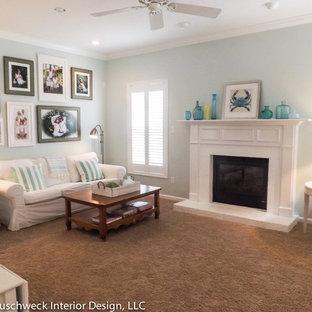 他の地域の中くらいのビーチスタイルのおしゃれなオープンリビング (青い壁、カーペット敷き、標準型暖炉、レンガの暖炉まわり、内蔵型テレビ) の写真