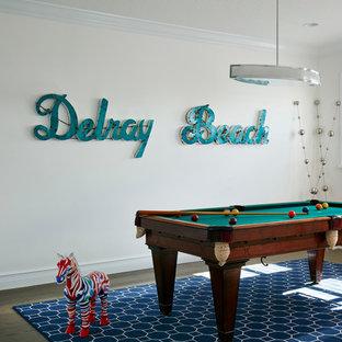 Immagine di un soggiorno costiero stile loft e di medie dimensioni con sala giochi, pareti bianche e parquet chiaro