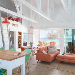 Foto di un piccolo soggiorno stile marino stile loft con pareti bianche e pavimento marrone