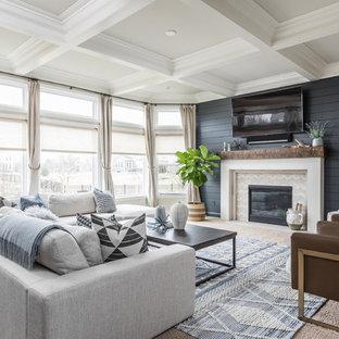 Maritimes Wohnzimmer mit blauer Wandfarbe, Teppichboden, Kamin, Wand-TV und braunem Boden in Indianapolis