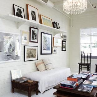 オレンジカウンティの中サイズのトランジショナルスタイルのおしゃれなファミリールーム (白い壁、レンガの床、暖炉なし、ライブラリー) の写真