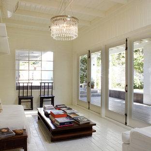 Неиссякаемый источник вдохновения для домашнего уюта: гостиная комната среднего размера в стиле лофт с белыми стенами и кирпичным полом без камина