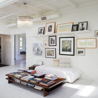 オレンジカウンティの中サイズのインダストリアルスタイルのおしゃれなファミリールーム (白い壁、レンガの床、暖炉なし) の写真