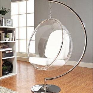 Réalisation d'une salle de séjour minimaliste de taille moyenne et ouverte avec un sol en bois clair et un mur gris.