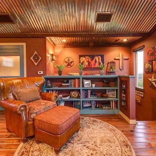 Imagen de sala de estar con biblioteca tipo loft, de estilo americano, con parades naranjas, suelo de madera en tonos medios y suelo naranja