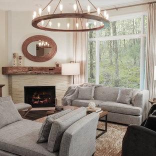 Inspiration pour une petite salle de séjour urbaine ouverte avec un mur gris, un sol en bois foncé, une cheminée d'angle, un manteau de cheminée en pierre et un téléviseur indépendant.