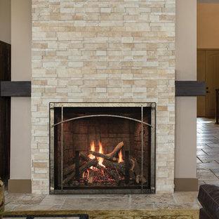 Mittelgroßes, Fernseherloses, Offenes Modernes Wohnzimmer mit beiger Wandfarbe, Travertin, Kamin, Kaminumrandung aus Stein und braunem Boden in St. Louis