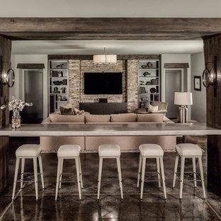 シャーロットのビーチスタイルのおしゃれなファミリールーム (グレーの壁、暖炉なし、壁掛け型テレビ、茶色い床) の写真