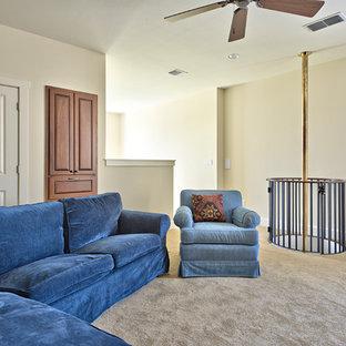 Esempio di un grande soggiorno stile loft con sala giochi, pareti beige e moquette