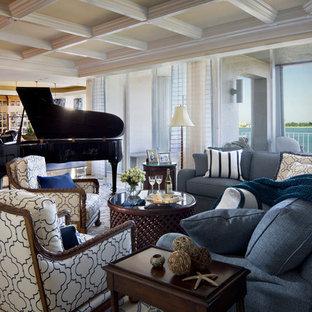 シャーロットの大きいビーチスタイルのおしゃれなファミリールーム (ミュージックルーム、白い壁、暖炉なし、テレビなし) の写真