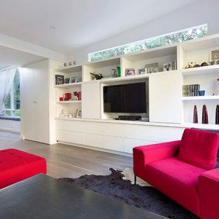 Offenes, Mittelgroßes Modernes Wohnzimmer mit weißer Wandfarbe, Multimediawand und hellem Holzboden in Sydney