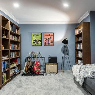 シドニーのコンテンポラリースタイルのおしゃれなファミリールーム (青い壁、カーペット敷き、グレーの床) の写真
