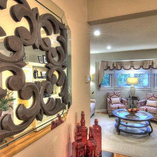 Inspiration pour une salle de séjour style shabby chic de taille moyenne et ouverte avec un mur gris, un sol en bambou, aucune cheminée et un téléviseur indépendant.