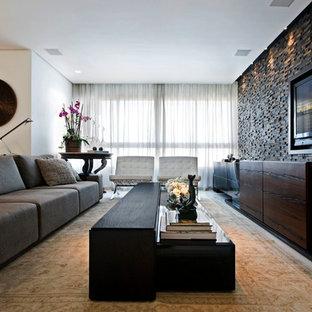 Diseño de sala de estar abierta, contemporánea, con televisor colgado en la pared