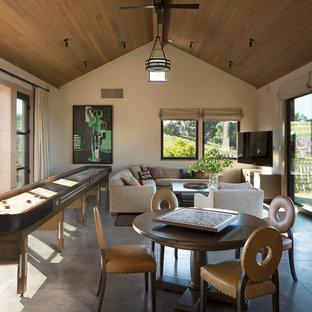 Стильный дизайн: комната для игр в стиле современная классика с бежевыми стенами и бетонным полом - последний тренд