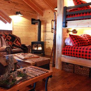 Modelo de sala de estar abierta, rústica, pequeña, con paredes multicolor y suelo de madera oscura