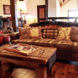 Aménagement d'une très grand salle de séjour montagne ouverte avec un mur multicolore, un sol en bois foncé et un téléviseur encastré.