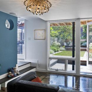 Modernes Wohnzimmer mit bunten Wänden in New York