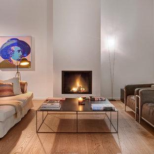 ニューヨークのエクレクティックスタイルのおしゃれなファミリールーム (ピンクの壁、標準型暖炉、漆喰の暖炉まわり) の写真