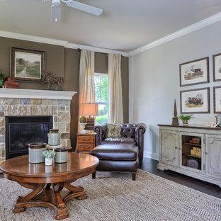 Imagen de sala de estar abierta, campestre, de tamaño medio, sin televisor, con paredes marrones, suelo de madera oscura, chimenea tradicional y marco de chimenea de piedra