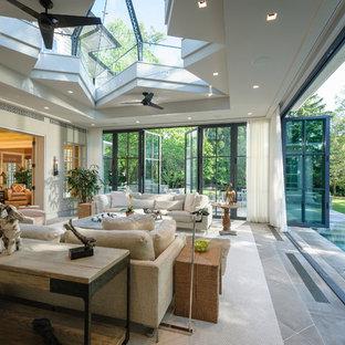 Ispirazione per un grande soggiorno chic aperto con pavimento in ardesia, pareti beige e pavimento grigio