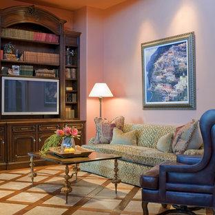 他の地域の中くらいのエクレクティックスタイルのおしゃれな独立型ファミリールーム (ピンクの壁、大理石の床、暖炉なし、埋込式メディアウォール) の写真