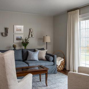 デトロイトの中サイズのトランジショナルスタイルのおしゃれな独立型ファミリールーム (白い壁、無垢フローリング、標準型暖炉、壁掛け型テレビ) の写真