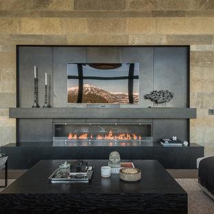 Idée de décoration pour une grand salle de séjour design ouverte avec un mur beige, un sol en bois brun, une cheminée ribbon, un manteau de cheminée en métal, un téléviseur fixé au mur et un sol marron.