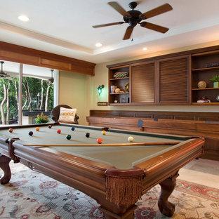 Idee per un grande soggiorno tropicale aperto con sala giochi, pareti beige, pavimento in compensato, parete attrezzata, nessun camino e pavimento beige
