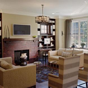 Ispirazione per un soggiorno classico con pareti beige, camino classico e TV a parete