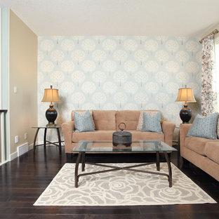 Modelo de sala de estar tipo loft, tradicional renovada, de tamaño medio, sin chimenea, con paredes beige, suelo de madera oscura y televisor en una esquina