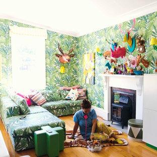 Foto de sala de estar actual con chimenea tradicional y paredes multicolor