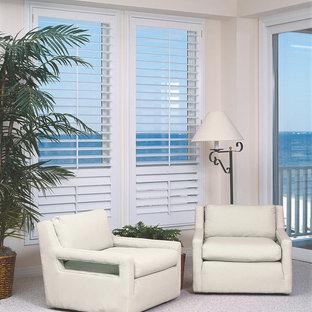 Ejemplo de sala de estar cerrada, marinera, pequeña, sin chimenea y televisor, con paredes beige, suelo de linóleo y suelo blanco