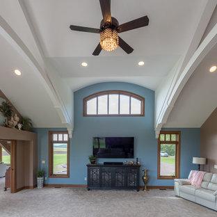 ミネアポリスの大きいトラディショナルスタイルのおしゃれな独立型ファミリールーム (マルチカラーの壁、カーペット敷き、暖炉なし、壁掛け型テレビ、茶色い床) の写真