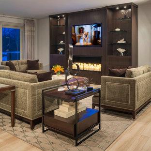 Diseño de sala de estar abierta, actual, extra grande, con pared multimedia, paredes beige, chimenea tradicional, marco de chimenea de madera y suelo de madera clara
