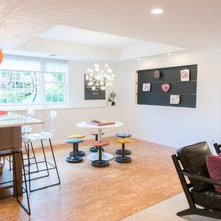 Ispirazione per un grande soggiorno minimal aperto con pareti bianche e pavimento in sughero