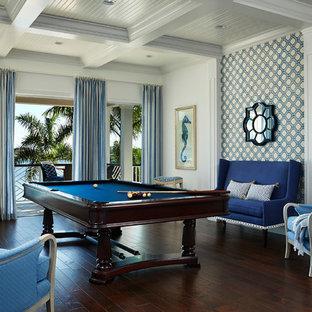 Imagen de sala de juegos en casa abierta, marinera, grande, sin chimenea y televisor, con suelo marrón, paredes blancas y suelo de madera oscura