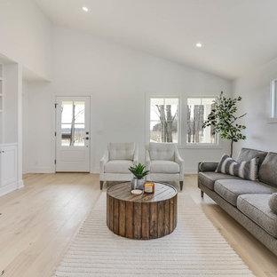 Diseño de sala de estar abierta, campestre, de tamaño medio, sin televisor, con paredes blancas, suelo de madera clara, chimenea tradicional, marco de chimenea de madera y suelo beige