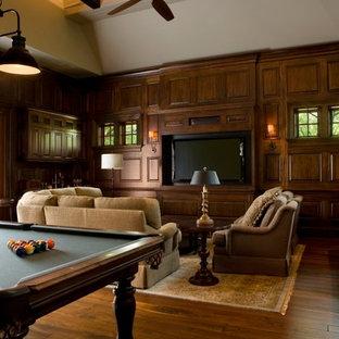 Foto di un grande soggiorno tropicale aperto con sala giochi, parquet scuro, nessun camino, parete attrezzata, pavimento marrone e pareti beige