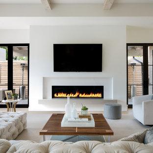 ダラスの大きいコンテンポラリースタイルのおしゃれなオープンリビング (白い壁、淡色無垢フローリング、横長型暖炉、壁掛け型テレビ、ベージュの床、漆喰の暖炉まわり) の写真