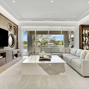 Großes, Offenes Modernes Wohnzimmer mit weißer Wandfarbe, braunem Holzboden, Multimediawand, beigem Boden, Kassettendecke und Tapetenwänden in Miami
