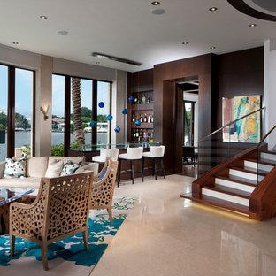 Immagine di un soggiorno tropicale con angolo bar