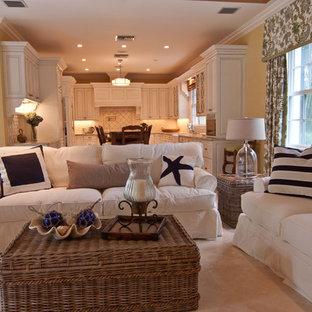 Réalisation d'une grande salle de séjour marine ouverte avec un mur marron, un sol en travertin et un sol marron.