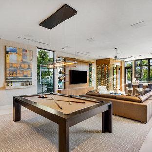 Foto di un grande soggiorno minimal aperto con sala giochi, pareti beige, pavimento in marmo, TV a parete e pavimento bianco