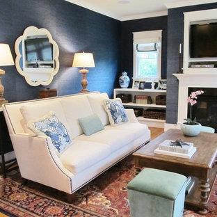 ワシントンD.C.の中サイズのトラディショナルスタイルのおしゃれな独立型ファミリールーム (青い壁、淡色無垢フローリング、標準型暖炉、漆喰の暖炉まわり、壁掛け型テレビ、茶色い床) の写真