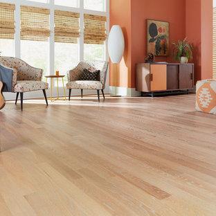 Idées déco pour une très grande salle de séjour contemporaine ouverte avec un mur orange, un sol en bois clair et un sol beige.